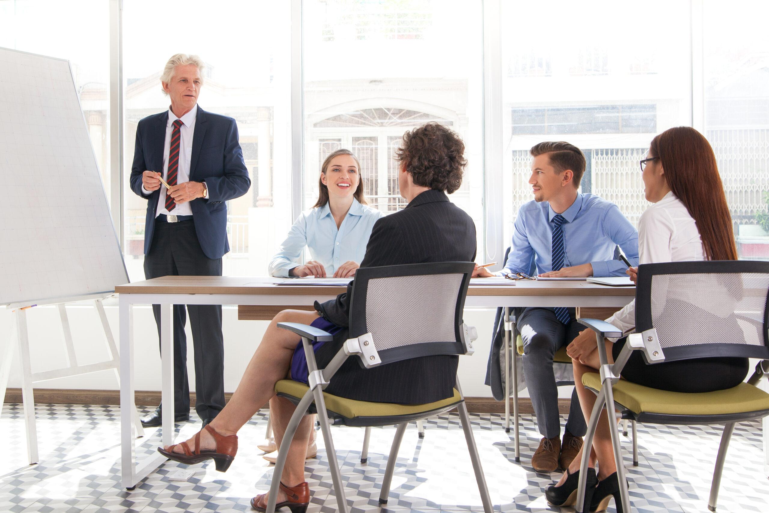 zespół projektowy planujący działania w biurze zarządzania projektami